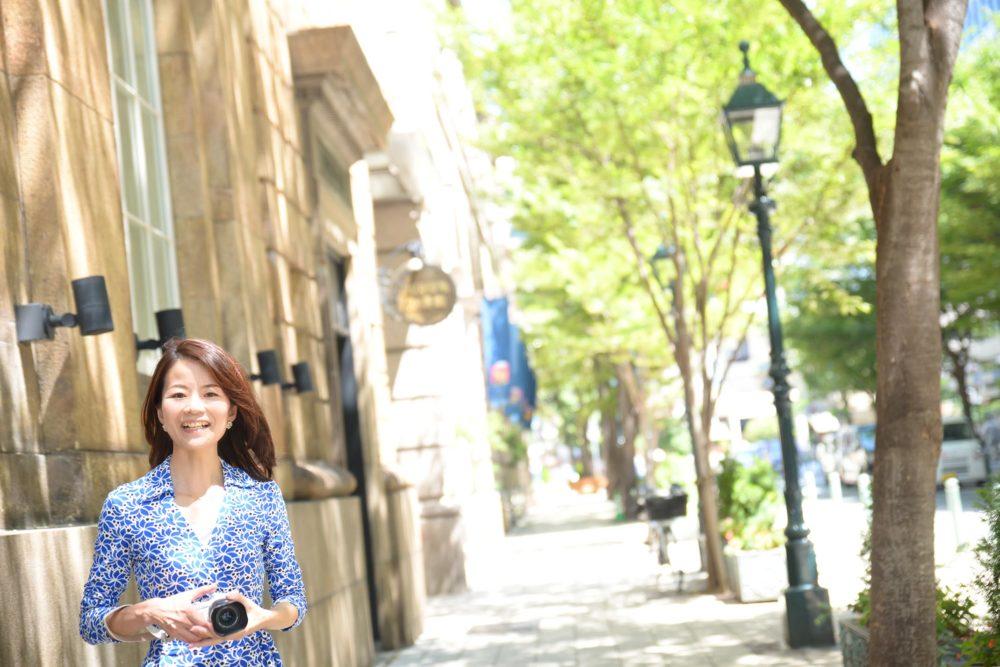 神戸大丸横を歩く溝端マリ