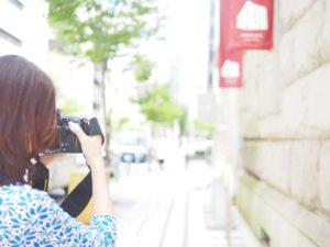 神戸旧居留地でカメラを構える溝端