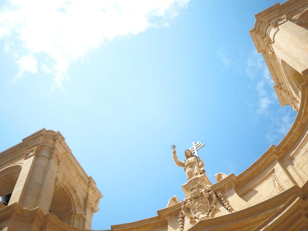 マルタ島で空を見上げる