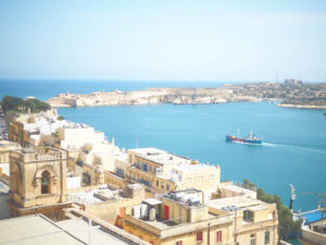 マルタ島首都バレッタの海を見下ろす
