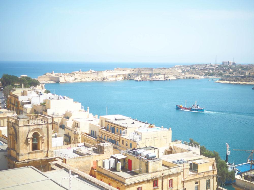 マルタ島の海を見下ろす