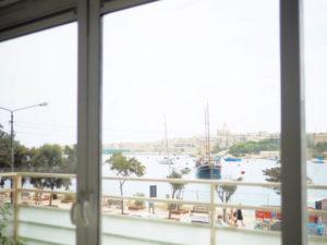 マルタ島のホテルから市街地を眺める様子