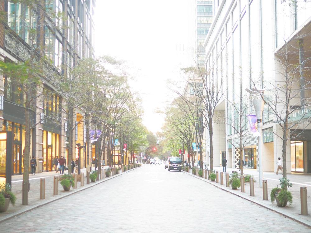 東京丸の内のショップが立ち並ぶ通り