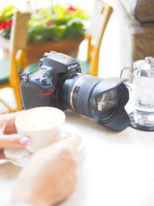 テーブルの上の一眼レフカメラ