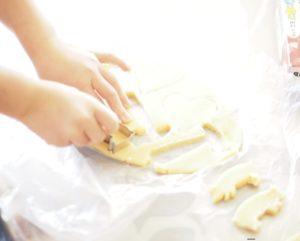 クッキーの型抜きをする子供の手元