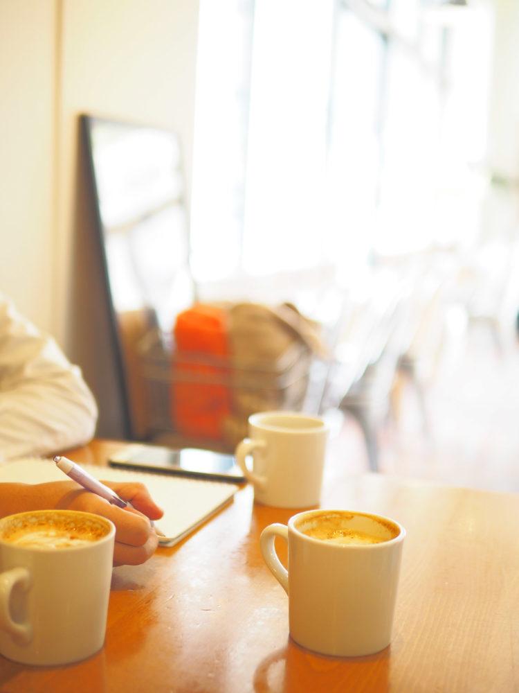 カフェでミーティングしている様子