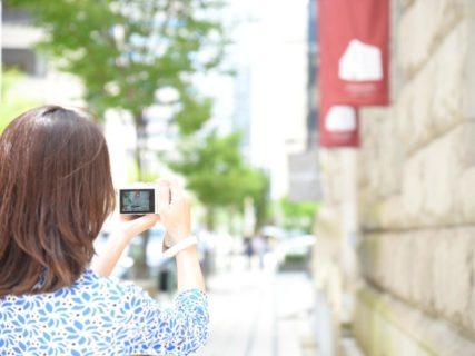 神戸の旧居留地でカメラを構える