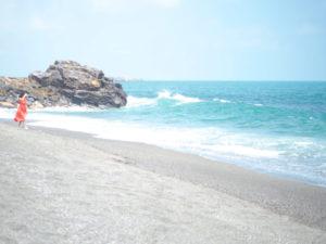高知・桂浜の浜辺を歩く溝端マリ