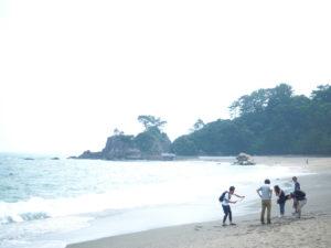 高知・桂浜の浜辺にいる学生