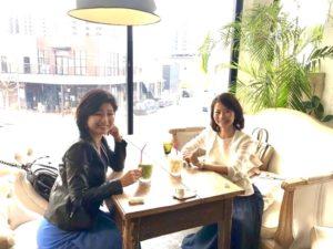 小椋明子さんとカフェでお茶している様子