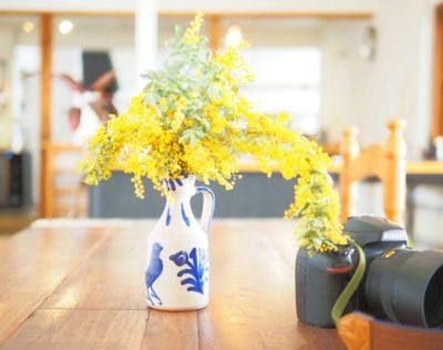 カフェのテーブルの上のカメラ