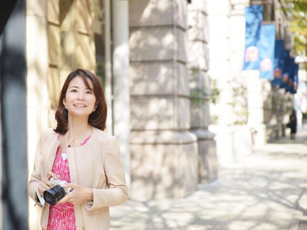 神戸大丸の横を歩く溝端マリ